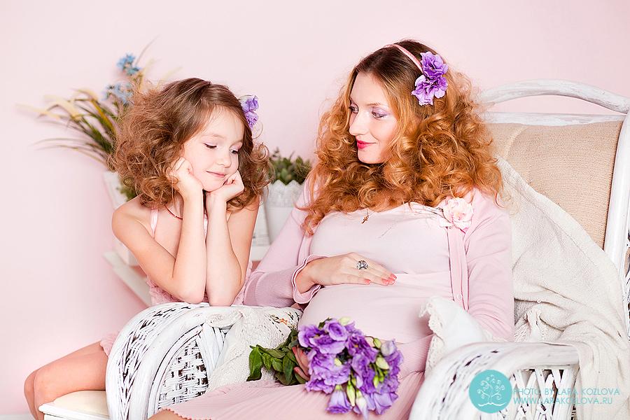 нежная студийная фотосессия в розовых тонах для будущей мамы