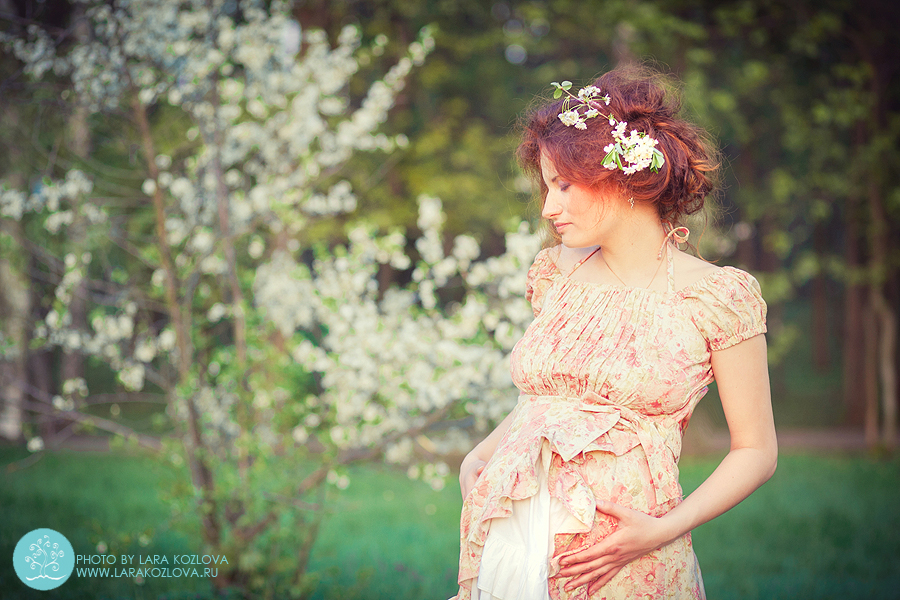 необычная беременная фотосессия в цветущем саду